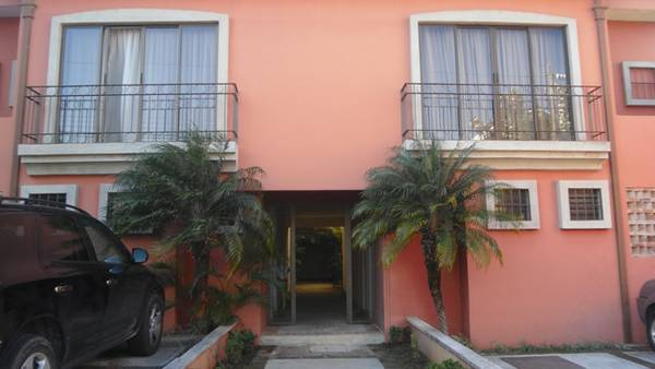 Two story condo with garden walking distance to Starbucks.