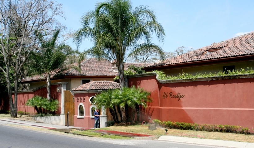 Excellent located home in condo with pool, option to buy