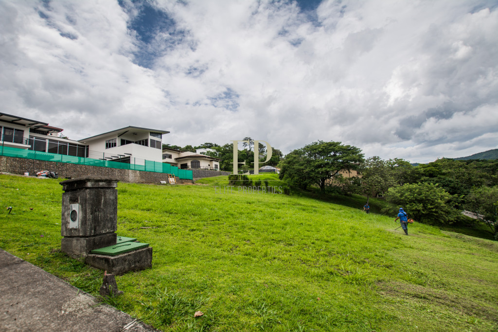 Lot with view in prestigious residential