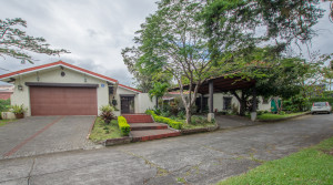 One level home with big yard, very safe and central location in Los Laureles