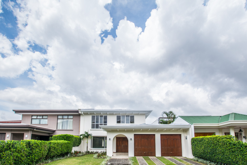 Spacious, independent home with private pool in safe condominium
