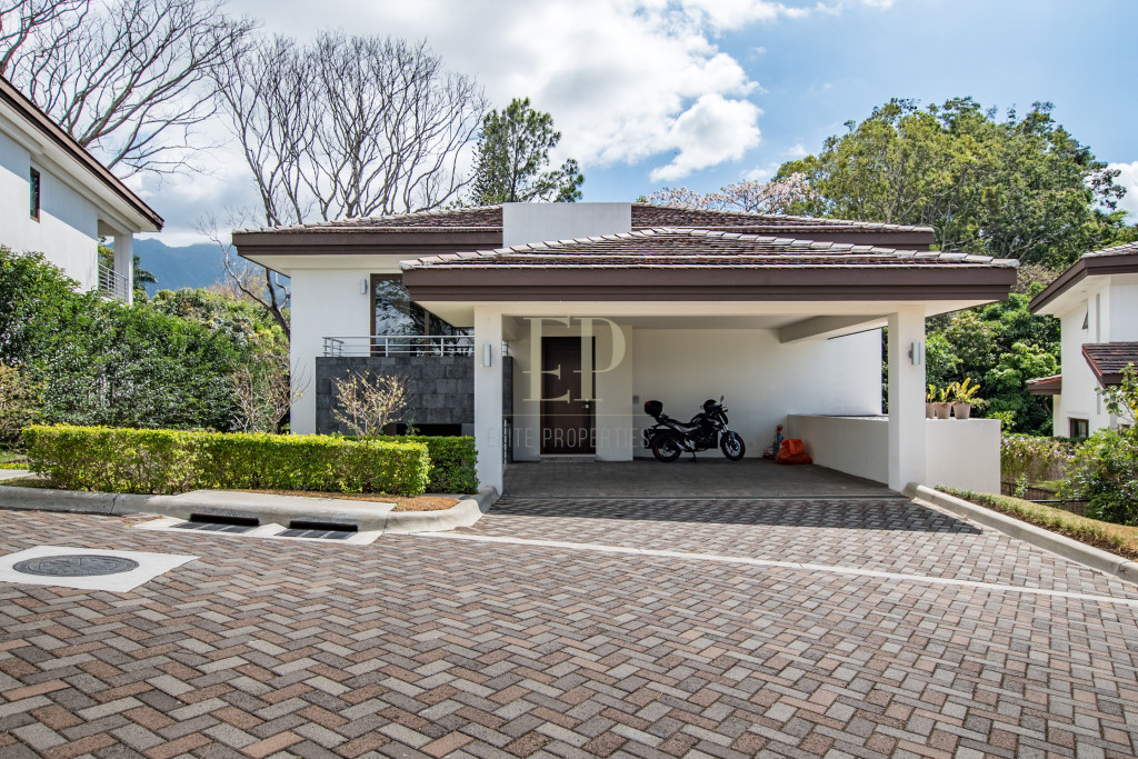 New spacious home with backyard in Los Laureles