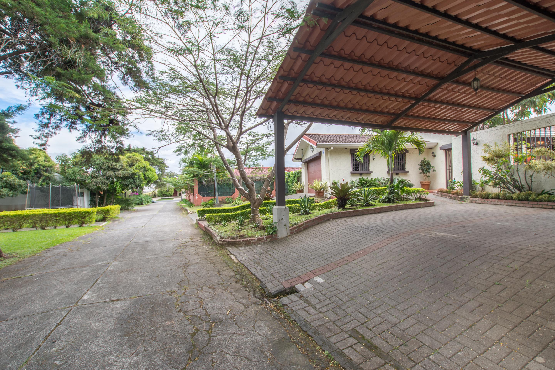 casa de un nivel con jardin grande escazu