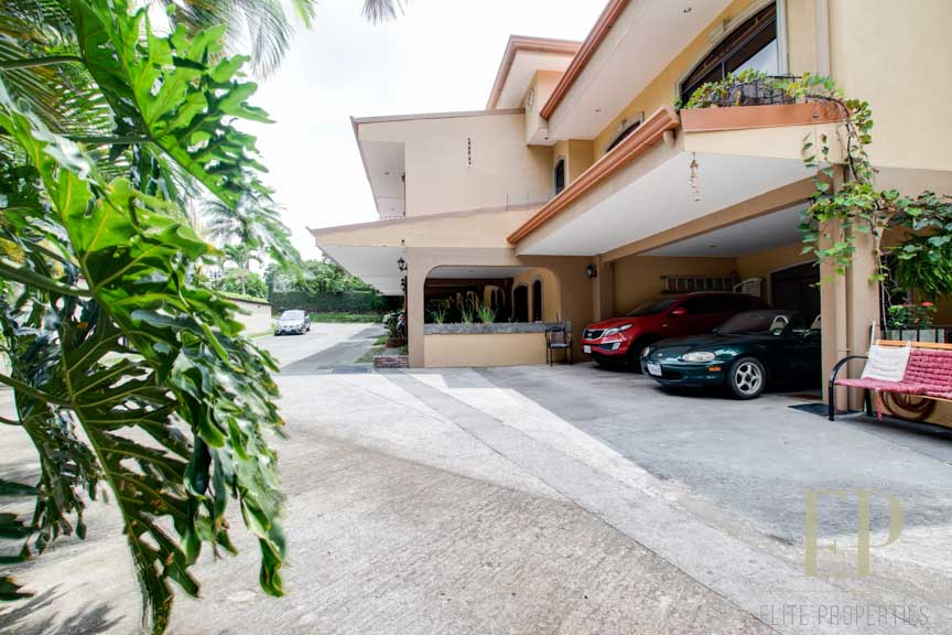 Nice two-story house in condominium near Calle Vieja