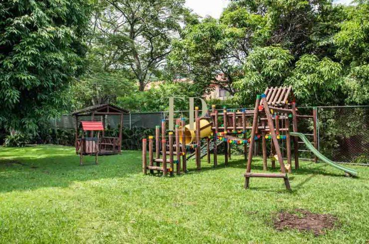 se vende casa con jardin pozos