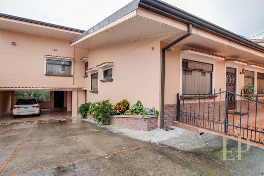 Spacious home plus apartment for sale in North Guachipelin