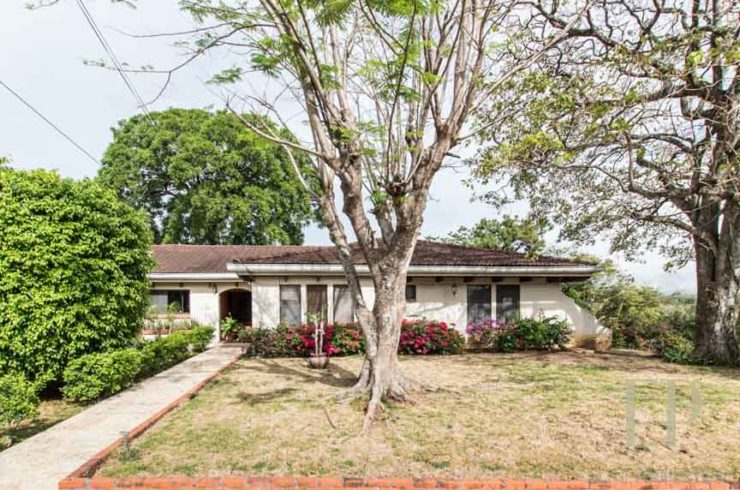 Large Charming House in Gated community of Ciudad Colon