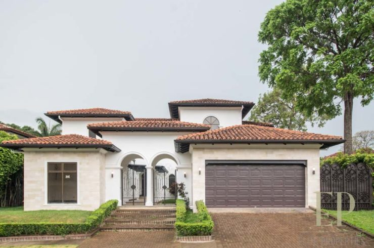 Two story home with private pool in condominium Lindora