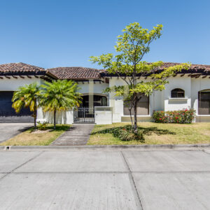 One level colonial style home in Santa Ana Lindora